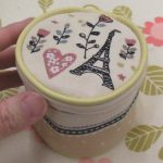 刺繍が細やか、ミニラボの刺繍モチーフ入りアクセサリーポーチ