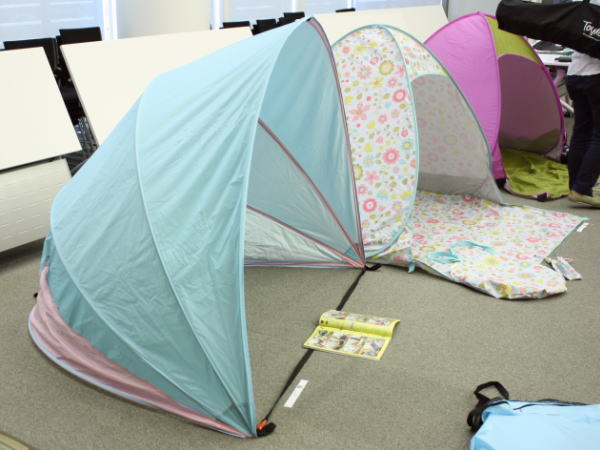 ドーム型テントの横