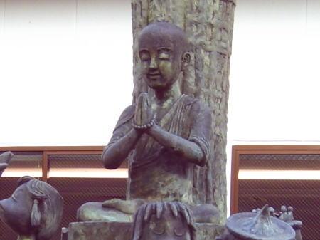 秋芳洞そばの道端にある寿円禅師の像