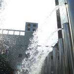 梅田スカイビルの噴水で涼をとる