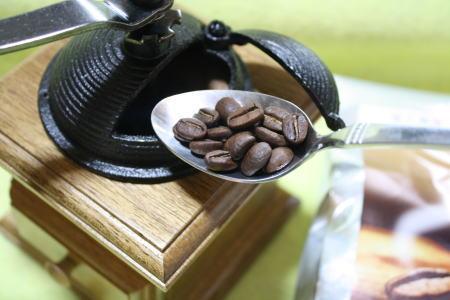 ドーム型ミルにコーヒー豆を入れる