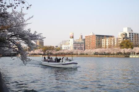 大川を行く小型の船
