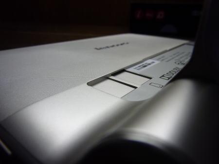 YOGA TABLET8のmicroSDカードスロットの開口部