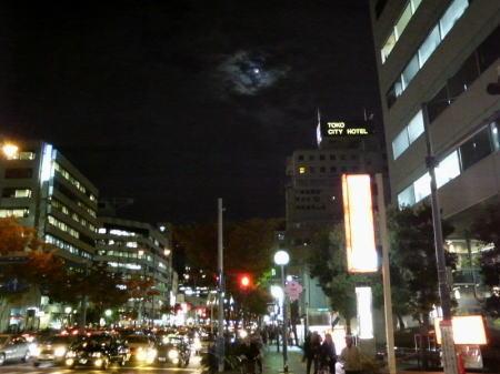 雲に隠れる月