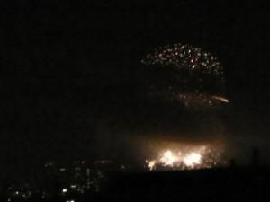 なにわ淀川花火大会 煙でほぼ隠れる