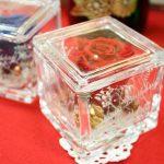 クリスマスシーズンに大切な人に贈りたい、キラキラデコレーションの1輪のバラ