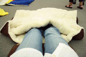 寝袋に足を入れたところ