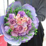 花びらに包まれたような花束で、お母さんの幸せに願いを込めて贈るフラワーギフト