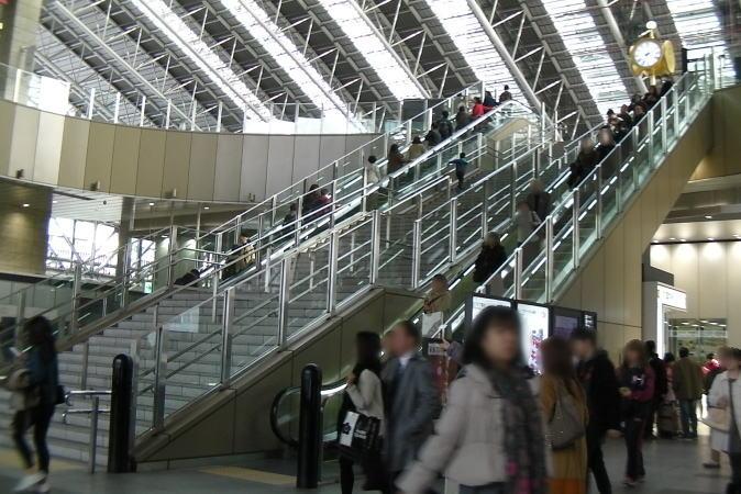 時空の広場への階段・エスカレーター