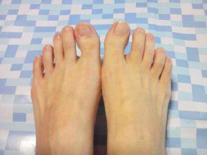 素足で足の甲