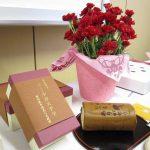 いいご縁と健康を願う母の日の贈り物、京都伏見の三源庵の黒豆ロールカステラとお花のセット