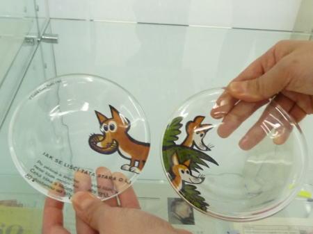 ルヂェク・ヴィムルの絵本の世界が描かれたガラスプレート
