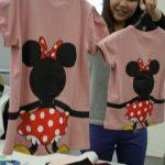 つながるディズニーに女性らしいラインが魅力のパフスリーブTシャツ登場
