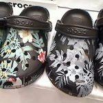 足元に咲くクロックスのボタニカル柄 アイランドコレクション