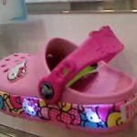 歩くたびに足元がキラキラ… 今年は種類も増えて登場、クロックスの光る靴