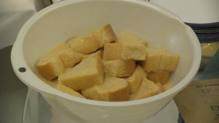 アパレイユ(漬け込み液)に漬かった食パン