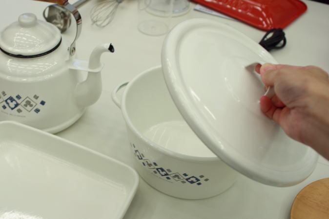 ホーロー製の鍋、蓋を開けたところ