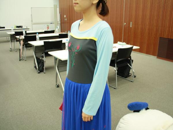 シャツにスカートを着ているみたいに見えますが、ワンピースです
