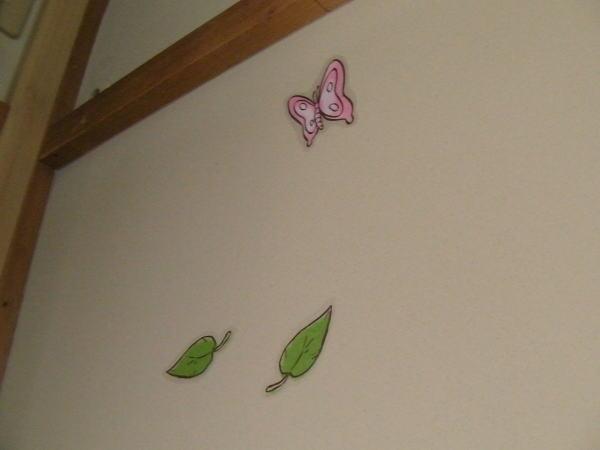 蝶と葉っぱのデザインのウォールステッカー