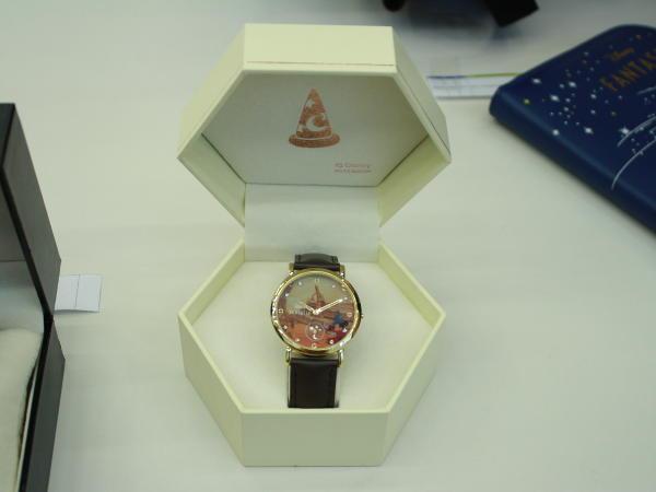 腕時計の箱を開けたところ