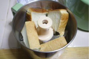 食パンをちぎって投入